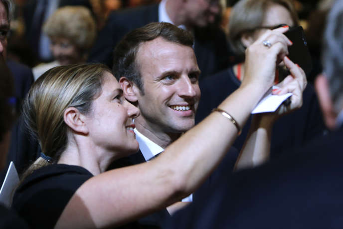 «La charge administrative de vérifier et déclarer ses revenus, de suivre sa situation année par année et, actuellement, de demander à payer ses cotisations retraite, revient intégralement à l'auteur» (Emmanuel Macron prenant un selfie lors de la Frankfurt Book Fair à Francfort, le 10 octobre 2017).