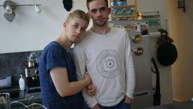 Alexandre (à gauche) et Yann Désaubry, dans leur appartement d'Elbeuf (Seine-Maritime), le 7 juin. Retrouvez la série sur Instagram: @stefaniarousselle
