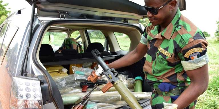 Le 15 mai 2017, un soldat mutin à Bouaké exhibe une partie de l'arsenal retrouvé par la suite par les forces de l'ordre dans une propriété de Souleymane Kamarate Koné, chef du protocole de président de l'Assemblée nationale Guillaume Soro.