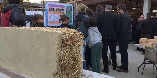 Un morceau de mur en paille exposé dans l'école des Boutours.
