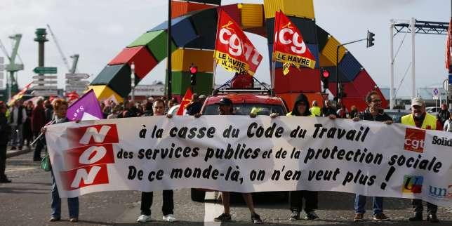 Des syndicalistes de la fonction publique lors d'une manifestation contre la réforme du code du travail au Havre (Seine-Maritime), le 12 septembre.