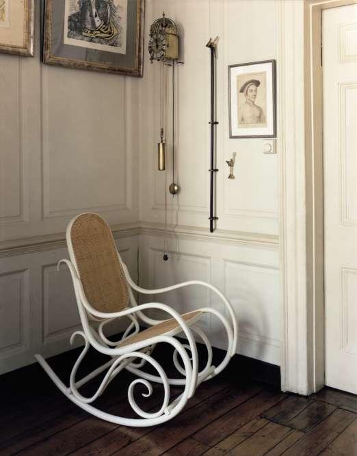 Chaise à bascule Schaukelstuhl laquée blanche, avec structure en hêtre massif courbé à la vapeur, assise et dossier en paille de Vienne, Gebrüder Thonet Vienna GMBH.