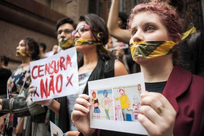 Des manifestants dénoncent la fermeture de l'exposition« Queermuseu», le 12 septembre à Porto Alegre.
