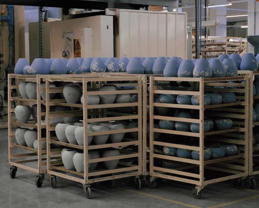 La maison Wedgwood s'est fait connaîtreavec la collection Jasper, un type de céramiqueà la finition mate et à l'aspect poreux, développé par Josiah Wedgwood dès les années 1770.Elle existe en plusieurs coloris, dontle « bleu Wedgwood » que l'entrepriseutilise comme marque de fabrique sur ses boîtes.
