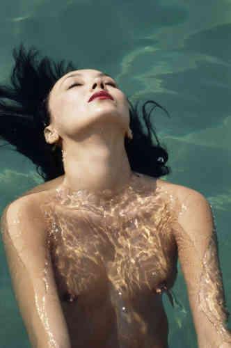 Lors d'une réunion organisée par Olympus réunissant les plus grands photographes, Lartigue surprend dans la piscine Marie Bailey, épouse de Davis Bailey. Ala question«pourquoi y a-t-il si peu de nus dans votre œuvre?»,M. Lartigue avait coutume de répondre : «Quand je suis avec une femme nue, je pose mon appareil. »