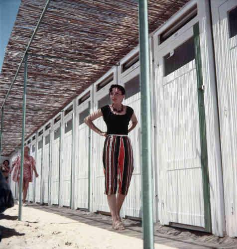 Avec son Rolleiflex, Lartigue privilégie le format carré jusque dans les années 1970. Un format à la fois exigeant et raffiné, idéal pour un artiste qui aime s'amuser. La silhouette de Florette évoque à la fois la mode et la simplicité, rendant le «look» de celle-ci parfaitement contemporain. Au centre de l'image, Florette anime une perspective oblique et amusante. La lumière enveloppe sensuellement la corps. L'air, le ciel et le sable se répondent et rappellent une profession de foi de Lartigue : «Je suis amoureux de la lumière. Je suis amoureux du soleil. Je suis amoureux de l'ombre. »