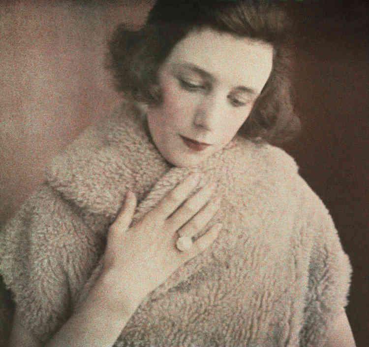 Dans les années 1920, Lartigue réalise une soixantaine de plaques autochromes stéréoscopiques, où son épouse Bibi apparaît comme une muse. Sans être ni tapageuse ni jolie, Bibi est élégante. Son charme est de ne pas se prendre au sérieux et de rester légère. Bibi change de couleur de cheveux au gré de sa fantaisie, elle se fait blonde, brune, rousse, tour à tour, sans que les changements, d'une photo l'autre, ne se remarquent. Parfois la chevelure est lissée ou au contraire ébouriffée et gonflée, souvent coupée à la nuque. Ici, la finesse du geste de la main, du regard abaissé, la douceur de la fourrure, la transparence des camaïeux de rose font de ce très gros plan, qui pourrait être agressif, un modèle de délicatesse.