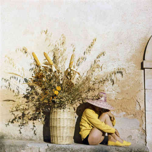 Cette image de Florette illustre à la perfection la vraie nature de Lartigue, qui aimait à répéter: «Pour moi, la vie et la couleur sont indissociables (…). J'ai toujours été peintre. C'est donc avec mon œil de peintre que je vois tout.»Régulièrement, le couple retourne en Italie, à Piozzo, le village natal de Florette, «une drôle de petite paysanne aux mains de vamp » . Piozzo devient le refuge idéal de Lartigue, qui y découvre une vie campagnarde et frugale qu'il ne connaissait pas et dont il tombe amoureux. En été, Lartigue « se gonfle de lumière» et compose des hymnes à l'hédonisme, dont cette image est un très bel exemple.