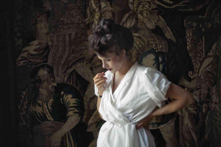 Cette photographie a été prise à Paris en juin 1983 pendant le tournage du film de Volker Schlöndorff «Un amour de Swann»– dans lequel Fanny Ardant joue, en costume, le rôle de la duchesse de Guermantes. La scène aperçue par Lartigue est saisie avec tant de naturel que la sophistication du décor, de l'attitude de l'actrice, du drapé à l'ancienne finissent par s'oublier pour créer une réminiscence impressionniste, un charme pictural que la couleur exacerbe.