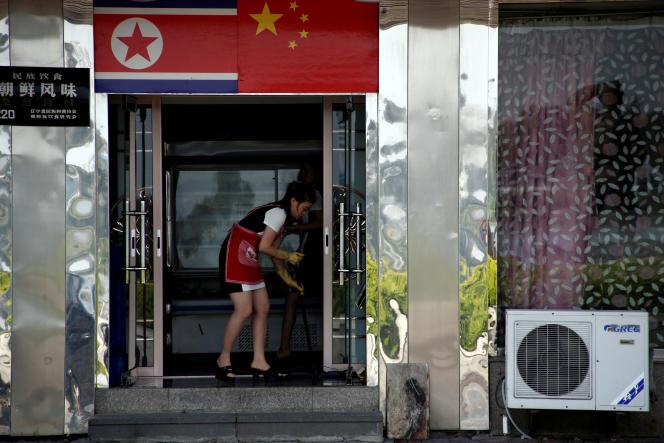 Une serveuse nord coréenne dans un restaurant de Dandong dans la province de Liaoning en Chine, en septembre 2016.