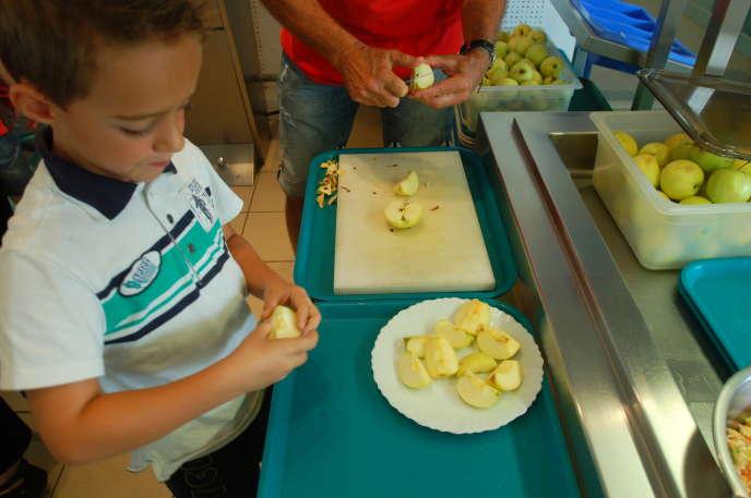 Fruits coupés en quartiers, portions à la demande, possibilité de goûter puis de se resservir...ces initiatives ont permis de réduire le gaspillage.