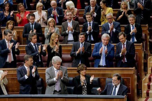 Mariano Rajoya fixé un double ultimatum à Barcelone, mercredi, dix jours après la victoire du oui au référendum contesté sur l'indépendance de la Catalogne.