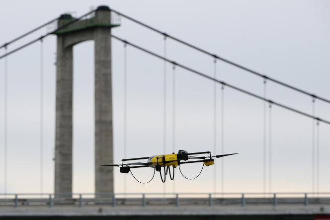 Altametris, filiale de SNCF Réseau, s'est spécialisée dans le drone de maintenance pour voie ferrée. Quinze appareils surveillent, scannent et numérisent le réseau français pour en optimiser la maintenance.