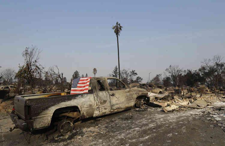Les pompiers estiment qu'au moins 3500 bâtiments ont été détruits depuis le début de l'incendie.