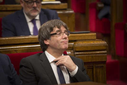 Le président de la Généralité, Carles Puigdemont, lors de la session du Parlement catalan, à Barcelone le 10 octobre.