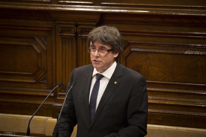Mardi 10 octobre, le président Carles Puigdemont proclame l'independance de la Catalogne et en suspend aussitot l'application pour laisser le champ libre à une negociation avec le gouvernement espagnol.