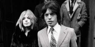 La chanteuse Marianne Faithfull au bras de Mick Jagger, en 1969.