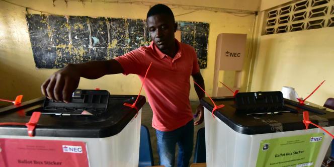 Dans un bureau de vote de Monrovia, au Liberia, lors des élections présidentielle et législatives, le 10octobre 2017.