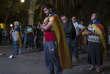 Des indépendantistes catalans suivent la session au Parlement sur des écrans géants avec un mélange de tristesse et de résignation, le 10 octobre.