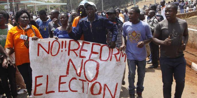 Des partisans de l'oppposition manifestant, le 11 octobre à Nairobi, pour demander une réforme de la Commission électorale.