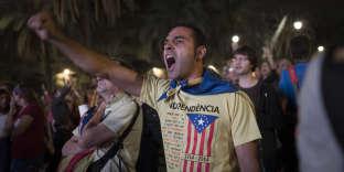 SPAIN/CATALONIA/INDEPENDANCE/BARCELONA/2017OCT/ Session du parlement de Catalogne au cours de laquelle le president Carles PUIGDEMONT  proclame  l'independance de la Catalogne et en suspend aussitot l'application pour laisser le champ libre a une negociation avec le gouvernement espagnol.Des militants independantistes qui suivent  les debats sur des ecrans geants conspuent le discours du representant du parti populaire (PP) © Georges BARTOLI / Divergence