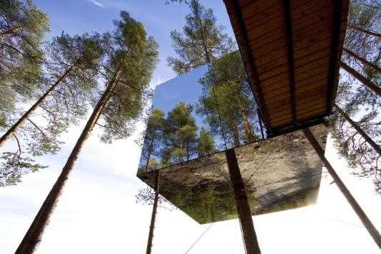 Cube en miroirs,cabine de téléphérique,vaisseau spatial... chaque hébergement du Treehotel est unique.
