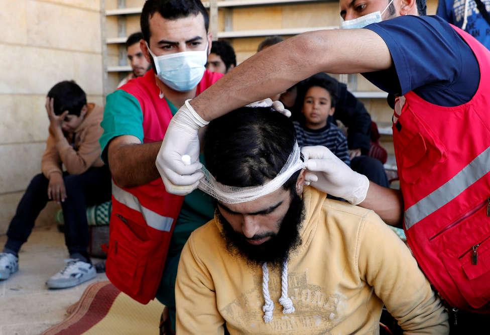 Un civil est soigné, dans une mosquée, le 12 octobre.