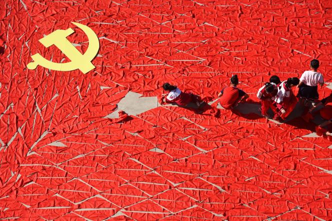 Province du Shandong, le 13 septembre 2017. Des jeunes dessinent un drapeau du Parti communiste chinois à l'aide d'écharpes rouges, un mois avant l'ouverture du 19econgrès du PCC.