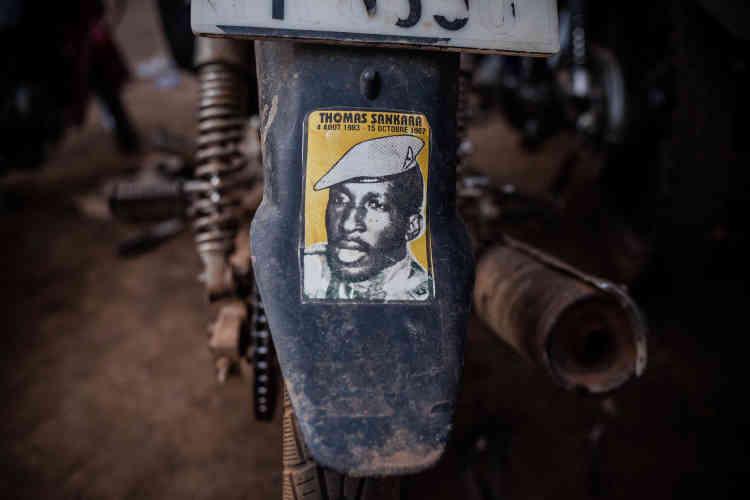 Les autocollants à l'effigie du « camarade président» sontvisibles sur de nombreuses motos.