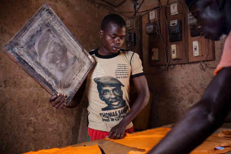 Salam et Issaka sérigraphient des tee-shirts de Thomas Sankara qu'ils vendent ensuite dans les rues de Ouagadougou.
