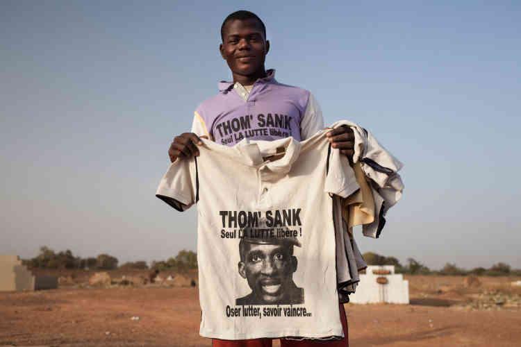 Le vendeur de tee-shirts profite d'un hommage à «Thom Sank» pour écouler sa marchandise.