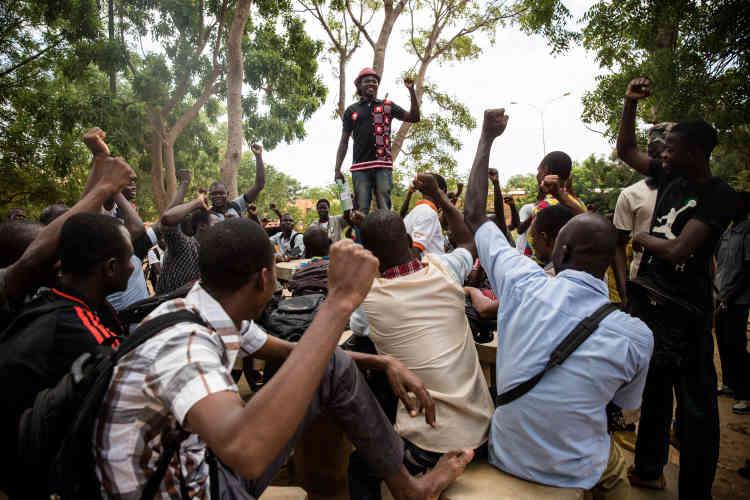 Le débat est animé par Serge Bayala, qui souhaite remettre au goût du jour les idées de Sankara.
