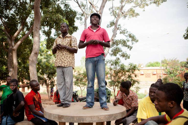 Serge Bayala (en rouge) lors d'undébat« Deux heures pour nous, deux heures pour l'Afrique», à l'université de Ouagadougou, en novembre 2014.