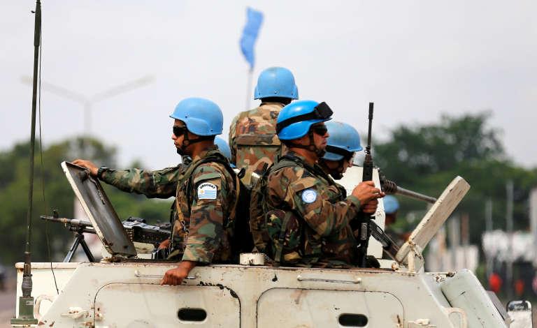 Des casques bleus de la Monusco en patrouille dans Kinshasa, en décembre 2016.