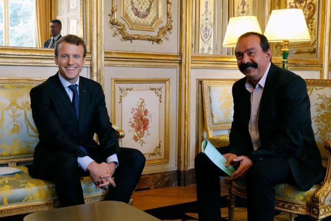 Le président Emmanuel Macron avec le secrétaire général de la CGT, Philippe Martinez, à l'Elysée, le 12 octobre.