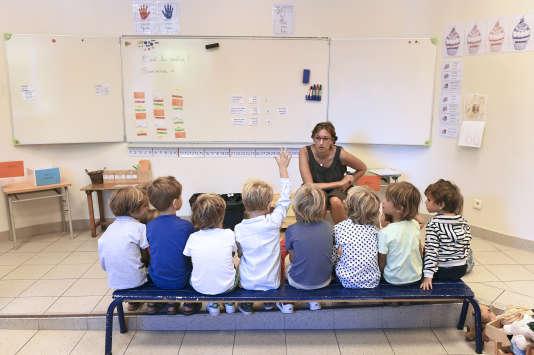 Des enfants écoutent leur professeure dans une école primaire de Marseille, en 2014.