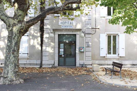 La maison de santé pluriprofessionnelle de Villeneuve-de-Berg (Ardèche) occupe une partie des murs de l'ancien hôpital local de la commune. Certains patients âgés de la commune sont nés dans ce bâtiment.