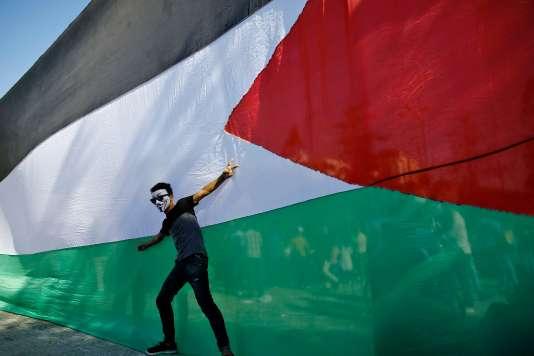 Un Palestinien fête le rapprochement, au Caire, entrele Hamas et le Fatah, jeudi 12octobre.