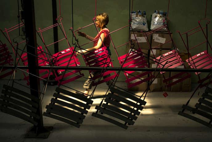 Une employée travaille sur la chaîne d'assemblage de Fermob, le fabricant de mobilier de jardin, à Thoissey (Ain), en juin 2014.