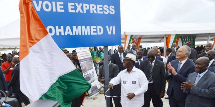 Le président Alassane Ouattara inaugure à Abidjan la voix express Mohammed VI, le 11 avril 2015.