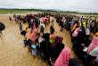 Des réfugiés rohingya attendent la distribution de nourriture dans un camp près de Teknaf, au Bangladesh, le 12 octobre 2017.