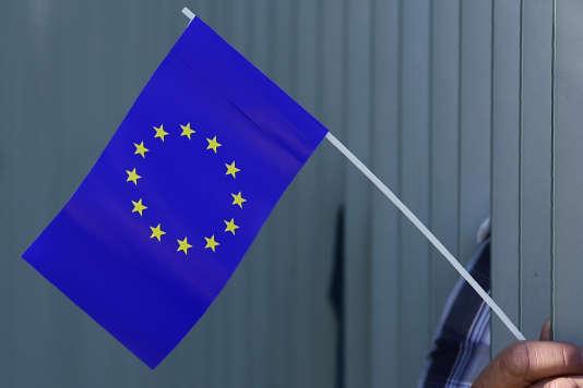 Le drapeau européen à douze étoiles sur fond bleu.