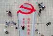 Un calligraphe peint l'emblème du Parti communiste chinois à Xiayi, dans la province du Henan, le 6 octobre.