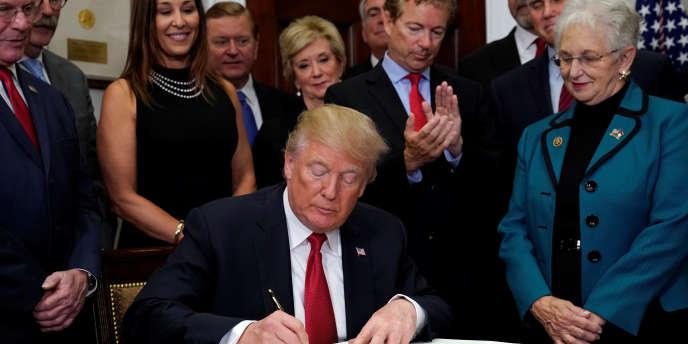 Le sénateur républicain Rand Paul applaudit le président américain Donald Trump, lors de la signature dunouveau décret sur l'Obamacare.