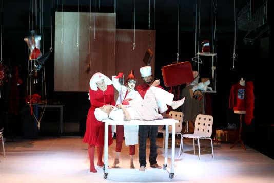 «Point d'interrogation», de Stefano Massini, mis en scène par Irina Brook avec la troupe Les Eclaireurs au TNN.