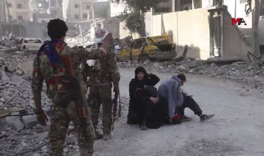 Capture vidéo de l'agencekurde Mezopotamya montrant les Forces démocratiques syriennes (FDS), vendredi, dans Rakka.