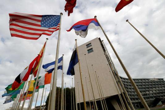 Drapeaux des pays membres de l'Unesco devant le siège de l'organisation onusienne, à Paris, le 12 octobre.