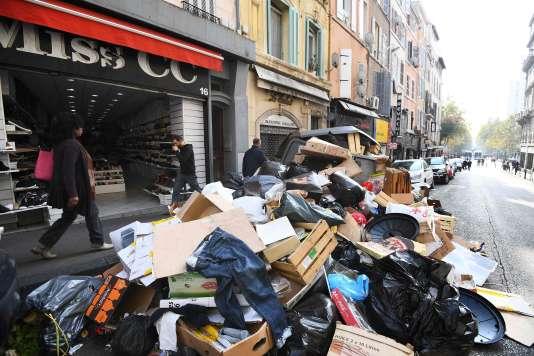 Des déchets non ramassés vendredi dans la ville de Marseille.