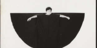 «Habit/inhabitant», 1985. Performance de l'artiste Martha Araújo.