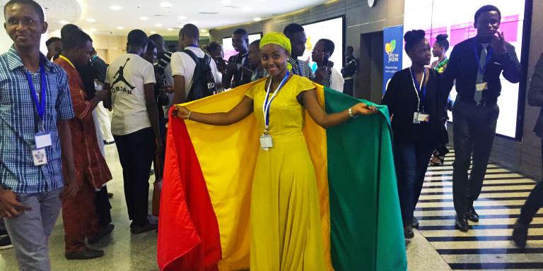 Etudiants guinéens et supporters venus au siège de la Banque africaine de développement (BAD) pour disputer la compétition La Voix des jeunes, à Abidjan, le 15 octobre 2017.